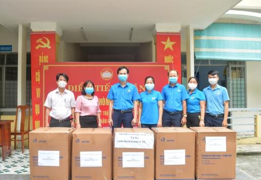 Tặng 1.000 bộ trang phục bảo hộ y tế cho Trung tâm Y tế quận Cẩm Lệ.