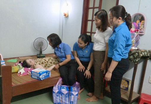 Thăm, trao sổ tiết kiệm cho gia đình Liệt sỹ Công đoàn