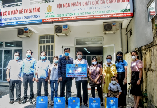 Đảng ủy cơ quan LĐLĐ thành phố thăm Hội Nạn nhân Chất độc Da cam/Dioxin thành phố