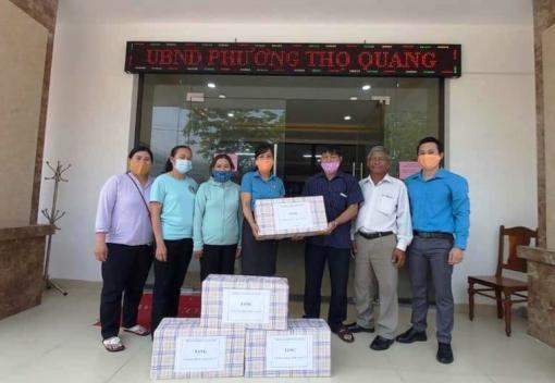 Sơn Trà: tặng khẩu trang và nước sát khuẩn cho người lao động