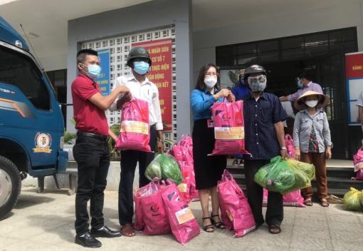 Trao 50 suất quà cho công nhân lao động trú tại các Tổ công nhân tự quản khu nhà trọ phường Hòa Thọ Tây