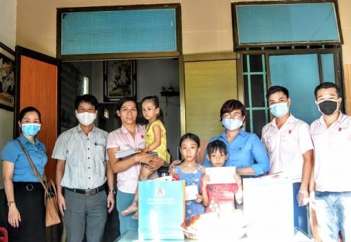 Thăm, tặng quà con CNLĐ bị bệnh hiểm nghèo
