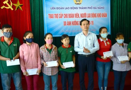 LĐLĐ thành phố tặng 40 suất quà cho đoàn viên, người lao động