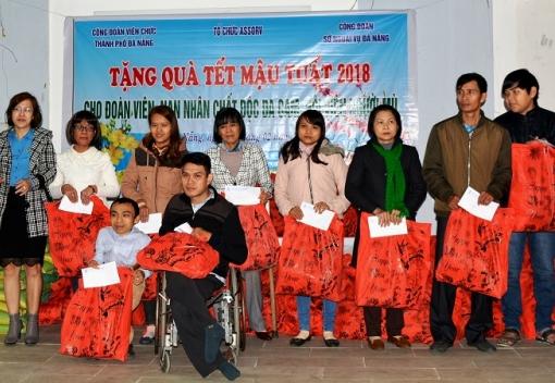 Công đoàn Viên chức tặng quà cho đoàn viên, nạn nhân chất độc da cam, hội viên người mù.