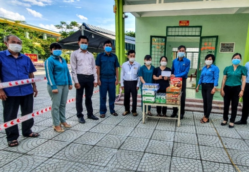 Hòa Vang: Thăm, động viên và tặng quà các chốt kiểm dịch, khu cách ly
