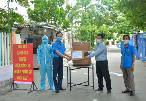 Tặng trang phục bảo hộ y tế cho khu cách ly KTX Đại học Sư phạm Đà Nẵng