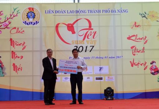 Trung tâm Kinh doanh VNPT Đà Nẵng: Tài trợ chuyến xe đưa công nhân về quê ăn Tết