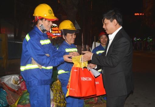 Liên đoàn Lao động thành phố thăm, tặng quà công nhân lao động trong đêm giao thừa