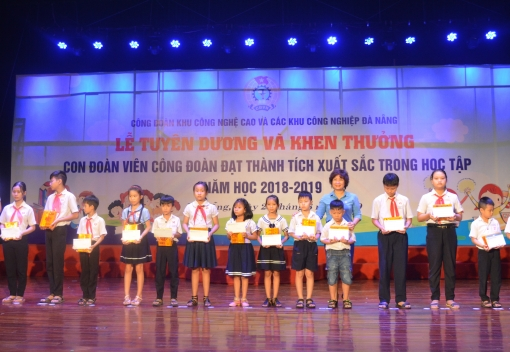Tuyên dương, khen thưởng con đoàn viên đạt thành tích xuất sắc trong học tập