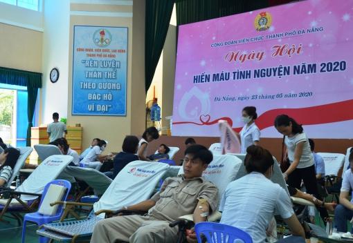 Gần 500 đoàn viên, người lao động tham gia hiến máu tình nguyện