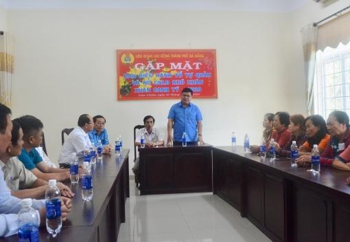 Lãnh đạo LĐLĐ thành phố thăm, tặng quà CNLĐ không có điều kiện về quê ăn Tết