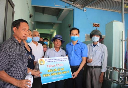 Tổ chức phun thuốc khử trùng tại Tổ công nhân tự quản khu nhà trọ