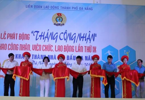 Đồng chí Ngô Xuân Thắng, Ủy viên Đoàn Chủ tịch Tổng LĐLĐ Việt Nam, Thành ủy viên, Chủ tịch LĐLĐ thành phố cùng các đồng chí lãnh đạo thành phố cắt băng khánh thành, đưa vào hoạt động Nhà thi đấu đa năng phục vụ đời sống văn hoá, tinh thần cho người lao độ