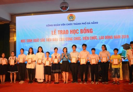 Trao học bổng cho con đoàn viên Công đoàn đạt thành tích xuất sắc trong học tập
