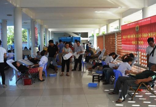 Gần 400 đoàn viên, NLĐ tham gia hiến máu tình nguyện