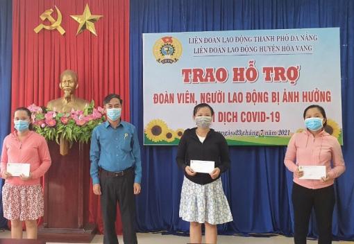 Hòa Vang: Trao hỗ trợ cho đoàn viên, người lao động bị ảnh hưởng dịch Covid-19.