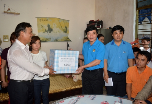 Chủ tịch Tổng LĐLĐ Việt Nam thăm, tặng quà công nhân dịp Tết Lao động