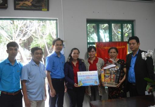 Lãnh đạo LĐLĐ thành phố thăm, tặng quà Tết cho CNLĐ có hoàn cảnh khó khăn