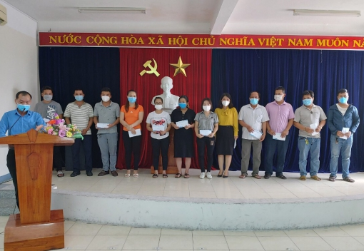 Trao quà hỗ trợ cho đoàn viên, người lao động bị ảnh hưởng bởi dịch covid 19