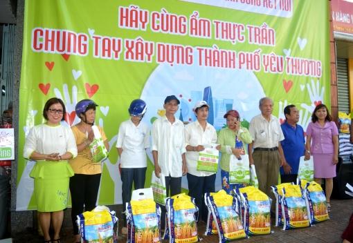 Công ty TNHH MTV Ẩm thực Trần tặng quà cho đồng bào nghèo
