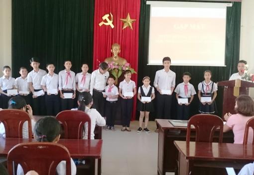 Hoà Vang: Tặng quà cho học sinh giỏi nhân Tháng hành động vì trẻ em năm 2017